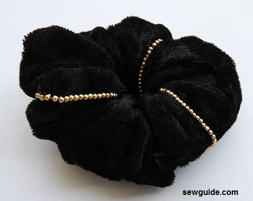 make scrunchy with velvet